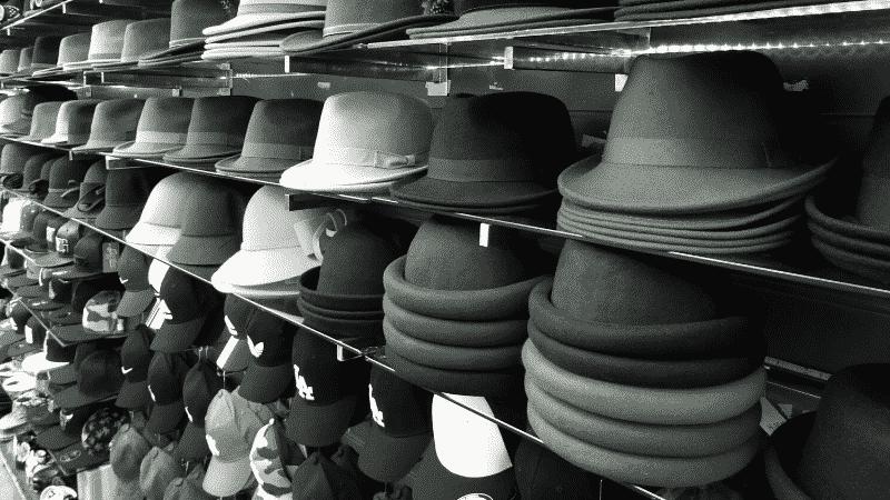 TOEICパート1の例題を紹介するための写真。帽子が棚に積み上げられている様子が映し出されている。この写真の説明として正しいものを次の4つの中から選ぶ。