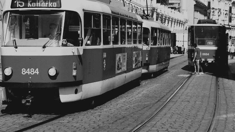 TOEICパート1の例題を紹介するための写真。路面電車が走っていて、線路が道路に惹引かれている様子が映し出されている。この写真の説明として正しいものを次の4つの中から選ぶ。