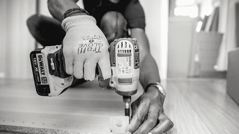 TOEICパート1の例題を紹介するための写真。人が道具を持って、何か作業をしている場面を映し出している。この写真の説明として正しいものを次の4つの中から選ぶ。