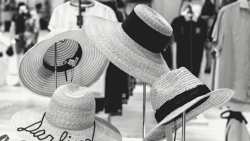 TOEICパート1の例題を紹介するための写真。帽子がディスプレイされている様子を映し出している。ジョウロを手に、植物に水を上げている様子が映し出されている。この写真の説明として正しいものを次の4つの中から選ぶ。