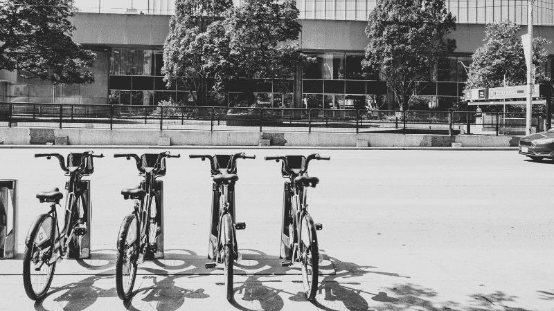TOEICパート1の例題を紹介するための写真。4つの自転車が隣同士で駐車されている様子が映し出されている。この写真の説明として正しいものを次の4つの中から選ぶ。